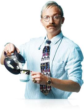 Föreläsaren Kent Izaksson häller upp en kopp kaffe