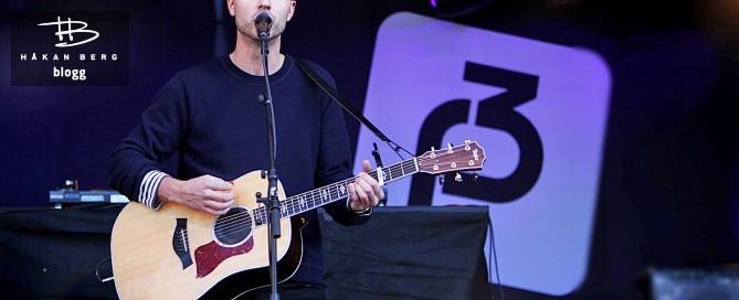 Den norske artisten Sivert Høyem spelar gitarr och sjunger