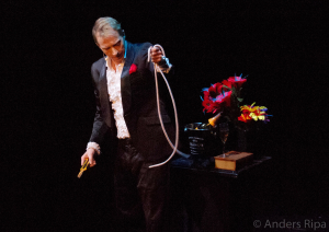Håkan Berg trollar med rep vid svenska mästerskapen i trolleri