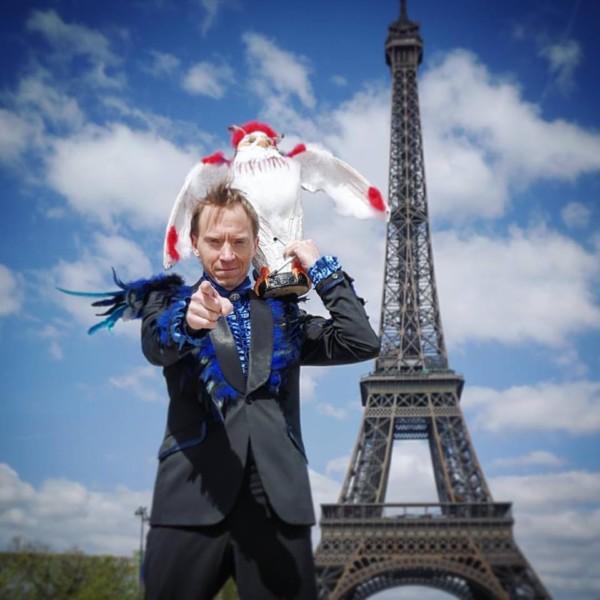 Håkan Berg i Paris framför Eiffeltornet